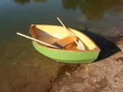 Гребная лодка для рыбалки на озере.
