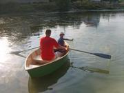 Лодка для рыбалки и охоты на озере.