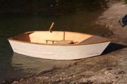 Одноместная гребная лодка с жестким корпусом.